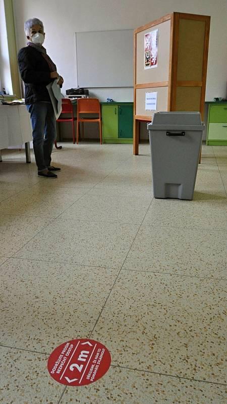 Lidé hlasují ve volbách do Poslanecké sněmovny Parlamentu České republiky ve volebním okrsku č. 8 v Základní škole Trávníky ve Vsetíně; pátek 8. října 2021