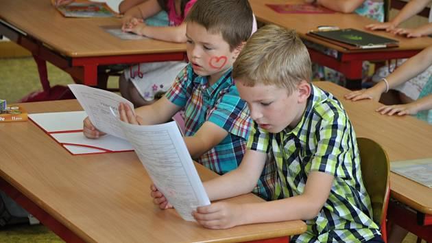Žáci první třídy Základní školy ve Valašské Polance si přebírají své první vysvědčení.