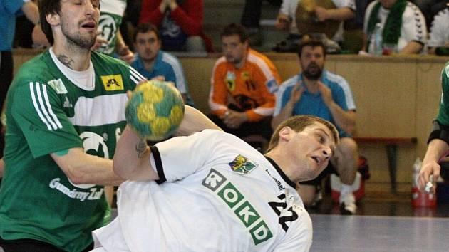 Házenkáři Gumáren Zubří (v zeleném dresu Svatopluk Pernica) vyválčili ve strhujícím utkání 4. kola nadstavby s Karvinou emízu 27:27.