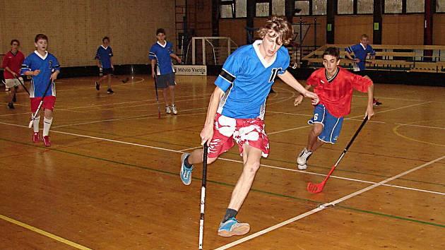 Starší žáci škol ze Vsetína i blízkého okolí si to ve vsetínské sportovní hale Na Lapači rozdívají již ve 12. ročníku turnaje.