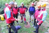 Záchranáři z Horské služby Beskydy – stanic Soláň a Kohútka – cvičí záchranu zraněného v nepřístupném skalnatém terénu na Valově skále u Vsetína; sobota 3. října 2015