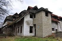 Chátrající budova č. 57 v ulici Pod Jehličnou v Krhové stojí v místě, kde kdysi stávaly sirné lázně založené v 18. století.