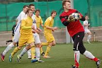 Valašské derby v krajském přeboru vyhráli fotbalisté Velkých Karlovic (žluté dresy).