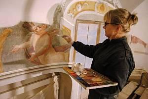 Restaurátorka Romana Balcarová pracuje na obnově vzácných fresek od barokního malíře  Josefa Ignáce Sadlera v kapli Smrtelných úzkostí Ježíše Krista v jižním křídle zámku Žerotínů ve Valašském Meziříčí (pondělí 7. října 2019)