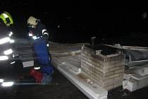 Poryvy větru si v úterý vyžádaly několik výjezdů hasičů také v okrese Vsetín. Celkem tady byli požádáni o pomoc v 26 případech.