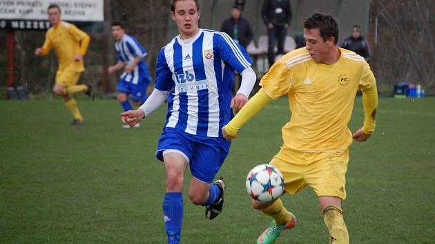 Fotbalisté Velkých Karlovic (žluté dresy) porazili Hranice 1:0.