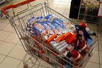 Vozík naplněný zbožím v hodnotě přesahující 10 tisíc korun, který chtěla dvojice zlodějů bez placení vyvézt z prodejny Billa v Rožnově pod Radhoštěm; Rožnov p. R., pondělí 25. listopadu 2012