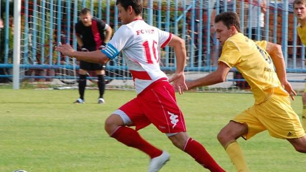 Roman Kučerňák (u míče).
