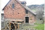 MIKULŮV MLÝN. Vodní mlýn v Mikulůvce stojí za návštěvu. Jeho kolo začalo klapat už v sedmnáctém století. Z původního mlýna ale mnoho nezbylo. Majitelé ho několikrát přestavěli, také ho vzala velká voda.