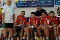Ve čtvrtek 13. srpna se Zubří utkalo v přípravě s rakouským Leobenem (červené dresy). Tým soupeře vedl kouč Ivan Hargaš (v bílém triku), jenž v letech 2004 – 2008 koučoval Zubří.