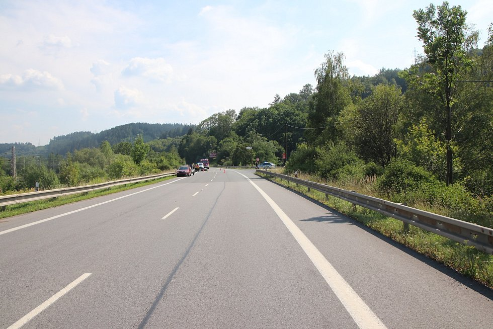 Auto s vozíkem vjelo do cesty motorkáři