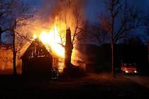 Požár stodoly na ulici Raťkov v Karolince.
