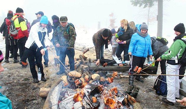 Se starým rokem se přišli na Silvestra, navzdory deštivému počasí, tradičně rozloučit desítky lidí k rozhledně na Vartovně u Vsetína.