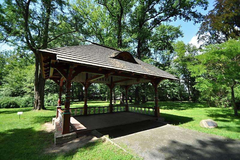Valašské Meziříčí - Jurkovičův altán v parku u zámku Kinských