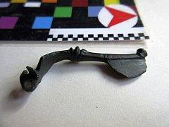Kovovou sponu pocházející ze starší doby římské, kterou doplňují tři bronzové kroužky, nalezl spolupracovník Muzea regionu Valašsko v katastru Valašského Meziříčí.