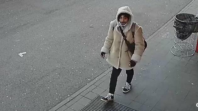 Vsetínští policisté pátrají po muži na fotografii. Zkoušel vybrat peníze z bankomatu pomocí cizí platební karty.