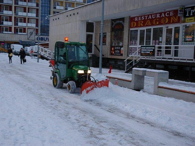 Do zimní údržby vsetínského náměstí Svobody vyslaly Technické služby i techniku.