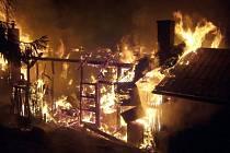 Rozsáhlý noční požár rekreační chaty u Bystřičky