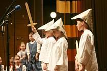 V Janíkově stodole ve Valašském muzeu v přírodě v Rožnově pod Radhoštěm se ve čtvrtek 23. května 2013 konal Festival dovedností dětí a mládeže. Zúčastnilo se jej na sto třicet dětí a mládeže od 5 do 19 let.