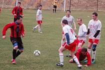 V utkání Juřinka (červené dresy) – Hovězí padlo šest branek, hosté vyhráli 4:2.