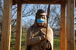 Dřevěná socha svatého Huberta v Kladerubech, kterou kdosi z místních vybavil rouškou; středa 25. března 2020