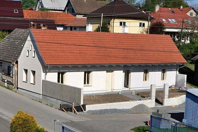 Původní starý dům na návsi vKladerubech nechala obec přestavět na dvě garsonky pro seniory.