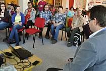 Místostarostka Vsetína Simona Hlaváčová a místostarosta Tomáš Pifka vysvětlují obyvatelům města výběr lokality pro umístění Rákosníčkova hřiště společnosti Lidl; pátek 15. dubna 2016