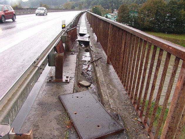 Ve Vsetíně ukradli desky z mostu.