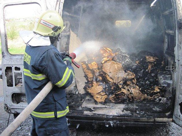 Požár dodávky u vlakového nádraží v Kunovicích - Loučce.