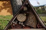 Hmyzí hotel, kde se může hmyz ubytovat v zimě i v létě.