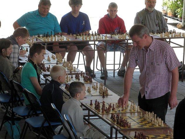 Šachová simultánka s IM Stanislavem Jasným před vsetínskou radnicí.