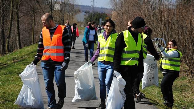 Přes třicet dobrovolníků se v pátek 6. dubna na výzvu valašskomeziříčského střediska Diakonie ČCE zapojilo do národní kampaně Ukliďme Česko. Pracovníci pořádající neziskovky, jejich klienti z chráněného bydlení Johannes a zaměstnanci nákupního centra Tesc