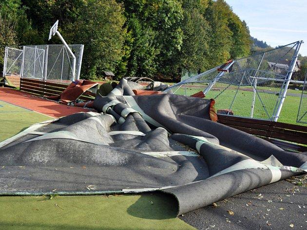 Větrná smršť, která se v noci na pátek 5. října 2012 prohnala obcí Hovězí na Horním Vsacku, za sebou zanechala milionové škody. Poškodila střechy několika domů, místní školy a zdejší víceúčelové hřiště.