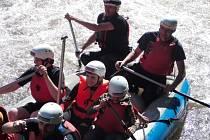 Vodáci splavují říčku Bystřičku.