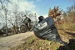 Hlavní organizátor jarního úklidu ve Vsetíně Tomáš Husa (na snímku) ze spolku Vsetínské fórum objížděl celé dopoledne vybrané úseky na kole a poskytoval dobrovolníkům nezbytný servis; sobota 27. března 2021