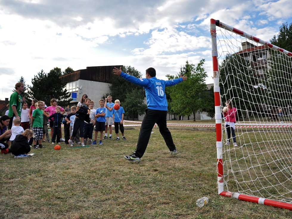 Děti házejí míčem na branku při házenkářské exhibici na Dni města Zubří, spojeného s oslavou desátého výročí získání statutu města; Zubří, sobota 8. září 2012