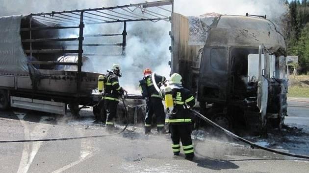 Pět jednotek hasičů zasahovalo ve čtvrtek krátce před polednem při hašení požáru kamionu na křižovatce silnic do osady Hlavatá mezi Horní Bečvou a Bílou. Oheň postupně zasáhl celý tahač značky Scania a přibližně třetinu návěsu.