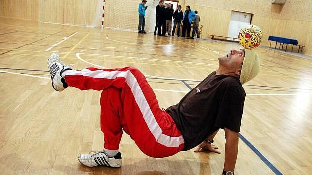 Známý míčový žonglér Bursas Charalambos vytvořil v sobotu 11. prosince 2010 v Janové další rekord s malým míčem. Žongloval více než 8 hodin.