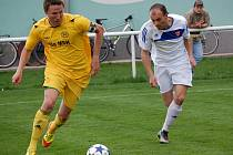 Fotbalisté Velkých Karlovic+Karolinky (žluté dresy) doma porazili Morkovice 5:2.