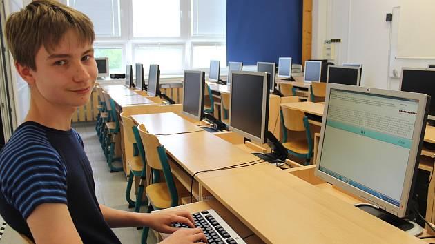 Patnáctiletý Jonáš Vala, student kvarty na rožnovském gymnáziu,  je přeborníkem v disciplínách souvisejících s psaním na počítači.