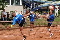 Nohejbalisté Vsetína (vpravo od sítě) v zápase s Modřicemi.