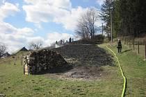V obci Ratiboř na Vsetínsku zasahovali hasiči u požáru suché trávy