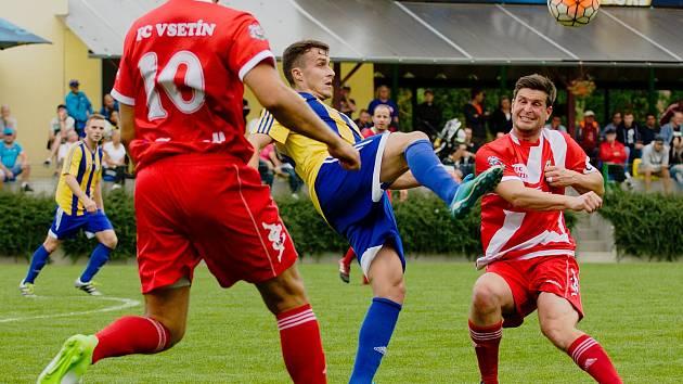 Fotbalisté Vsetína (v červenobílé). Ilustrační foto