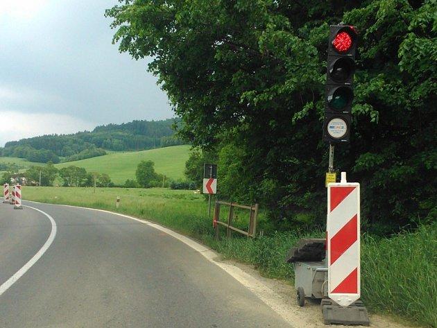 Osm semaforů na Horním Vsacku pije řidičům krev.