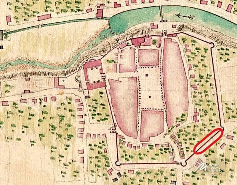 Dobové zobrazení hradeb se zaznačeným odkrytým úsekem.