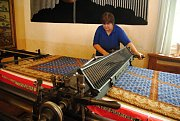 Pracovnice Moravské gobelínové manufaktury ve Valašském Meziříčí Květa Hegarová manipuluje na postřihávacím stroji s dokončovaným kobercem určeným pro Ústavní soud v Brně.