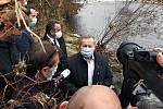 Ministr životního prostředí ČR Richard Brabec (ANO) si se starostou Valašského Meziříčí Robertem Stržínkem (ANO) a zástupci České inspekce životního prostředí prohlížejí výpusť, z níž do řeky Bečvy unikly neznámé látky; pátek 27. listopadu 2020