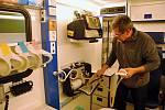 Správce Petr Skrutek ze Zdravotnické záchranné služby Zlínského kraje ve Valašském Meziříčí ukazuje vybavení nové sanitky, kterou při výjezdech nově využívají záchranáři na Rožnovsku; 3. února 2020
