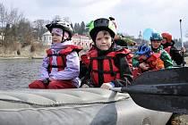 Vsetínští vodáci otevřeli v sobotu 26. března řeku Bečvu.