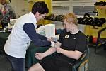 Odběr krve při vyšetření zájemce o zařazení do registru dárců kostní dřeně na zimním stadionu Na Lapači ve Vsetíně.